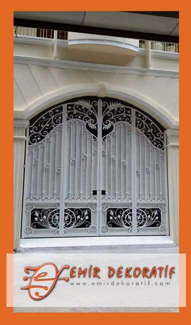 Ferforje beyaz kapılar